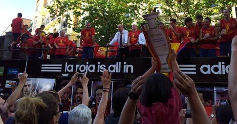 El bus que portaba a la selección española, el pasado lunes por la tarde en el barrio de Argüelles (Madrid)