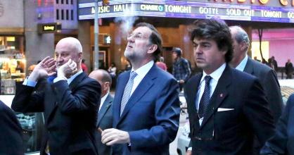 Rajoy, acompañado de su séquito, fumándose un puro ayer en NY